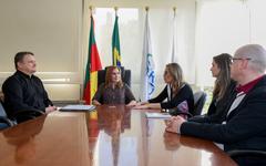 Presidente Mônica Leal (c) recebeu representantes da SMS