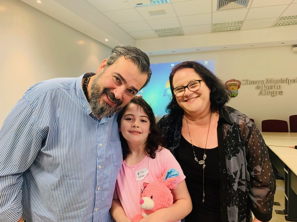 Vereador Claudio Janta com a menina Carol e Liane Pereira, mãe que recebeu autorização judicial para tratamento com óleo de canabidiol