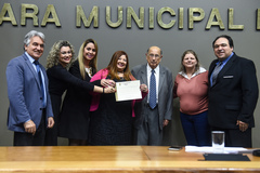 Carla Espíndola Slongo (c) recebe o diploma em nome da Diva's