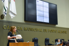 Vereadora Mônica Leal na tribuna, durante sua manifestação nesta tarde