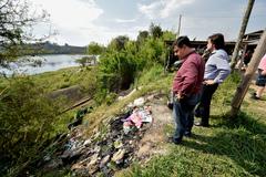 Vereadores José Freitas (frente) e Aldacir Oliboni, durante visita da Cosmam à barragem