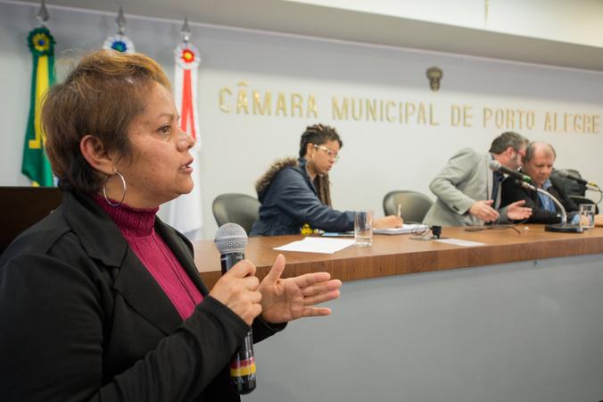 Comissão discute os despejos das famílias no bairro Bom Jesus. Na foto, a Sra. Cris Medeiros, Conselheira Tutelar da Microrregião 3.