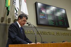 Professor Éverson Pereira da Silva relata na tribuna luta em defesa da escola