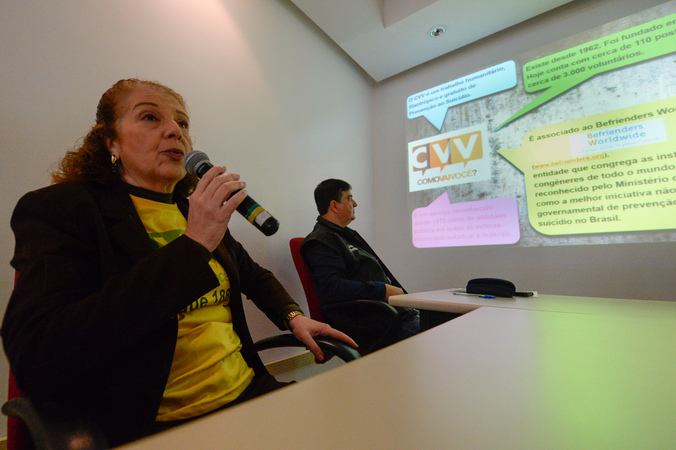 Comissão debate Setembro Amarelo, o mês de conscientização sobre suicídio. Na foto, Adriana Costa, voluntária do CVV.