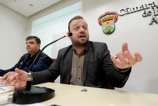 Comissão debate Setembro Amarelo, o mês de conscientização sobre suicídio. Na foto, com a fala, o vereador André Carús.