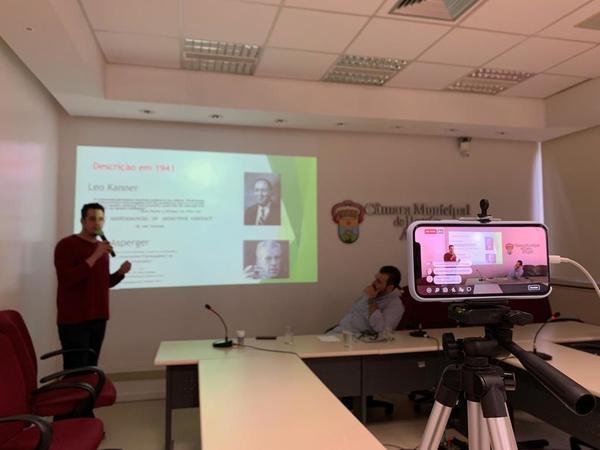 Lucas Sena palestra à Frente do Autismo sobre genética e desenvolvimento cerebral