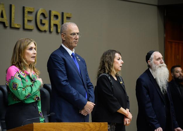 Outorga do Troféu Câmara Municipal de Porto Alegre ao Embaixador de Israel no Brasil, Senhor Yossi Shelley.