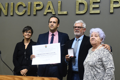 Vereador Moisés Barboza com Fernandes, acompanhada da esposa e mãe na homenagem desta terça-feira