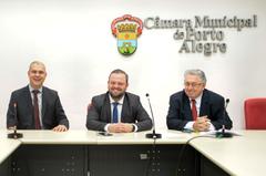 Reunião da Comissão Especial de Prédios Abandonados. Na foto, os vereadores Luciano Marcantônio, André Carús e Adeli Sell.
