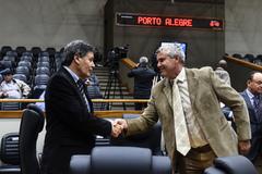 Movimentação de plenário. Na foto, o vereador Cassiá Carpes (PP) com o líder do governo na Câmara, vereador Mauro Pinheiro (Rede).