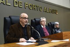 José Alves (ao microfone), vereador Adeli Sell e Jussara Stockinger, na sessão desta quinta-feira