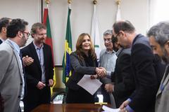 Presidente Mônica Leal recebe decisão da Justiça sobre exposição de charges na Câmara Municipal.
