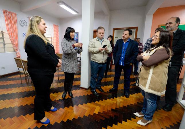 Comissão visita a Casa de Apoio Madre Ana. Na foto, o vereador André Carús, o vereador Hamilton Sossmeier, a vereadora Cláudia Araújo, Vanessa Siviero e Rosana Peres da equipe administrativa da Casa.