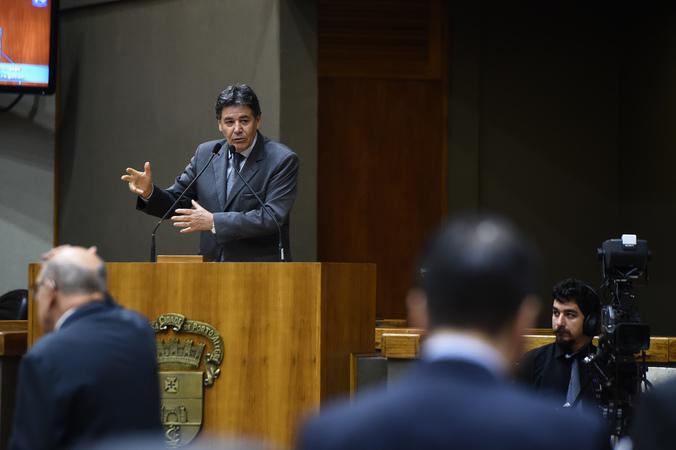Movimentação de plenário. Vereador Cassiá Carpes na tribuna