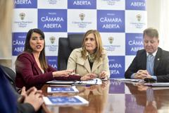 Luciane Rache (e), Mônica Leal e Sílvio Zago, durante anúncio das novas medidas de transparência