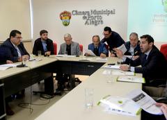 Leonardo Busatto (d) apresentou dados do Orçamento municipal e destacou o cumprimento das metas fiscais