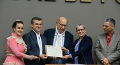 Nairioli Callegaro (e) recebe diploma entregue por Reginaldo Pujol (c)