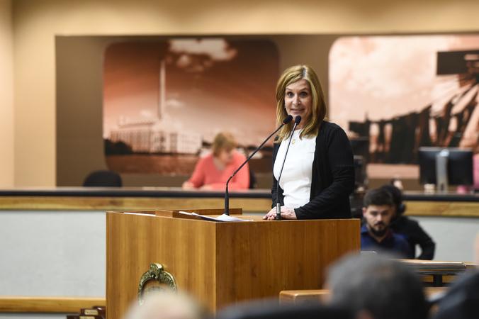 Período de Comunicações em homenagem ao jornalista Lauro José de Quadros, com a outorga da Comenda Porto do Sol. Na tribuna, presidente Mônica Leal