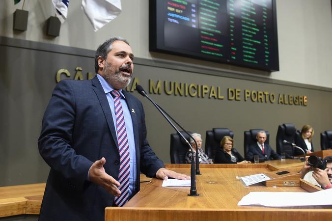 Período de Comunicações em homenagem ao jornalista Lauro José de Quadros, com a outorga da Comenda Porto do Sol. Na foto, vice-prefeito Gustavo Paim