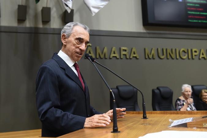 Período de Comunicações em homenagem ao jornalista Lauro José de Quadros, com a outorga da Comenda Porto do Sol. Na foto, o homenageado (Foto: Ederson Nunes/CMPA)