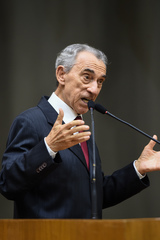 Período de Comunicações em homenagem ao jornalista Lauro José de Quadros, com a outorga da Comenda Porto do Sol. Na foto, o homenageado