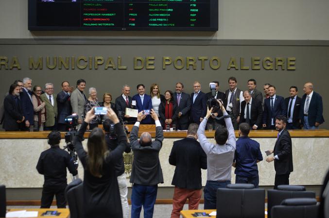 Período de Comunicações em homenagem ao jornalista Lauro José de Quadros, com a outorga da Comenda Porto do Sol. (Foto: Débora Ercolani/CMPA)