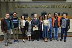 período de Comunicações em homenagem ao jornalista Lauro José de Quadros, com a outorga da Comenda Porto do Sol. Na foto, jornalista Lauro José de Quadros e família.