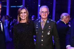 Presidente Mônica Leal comparece a jantar de comemoração dos 116 anos do Grêmio. Na foto, com o comandante militar do Sul, general de Exército Geraldo Miotto.