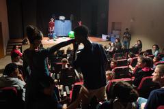 Crianças acompanham espetáculo durante a V Mostra de Artes Cênicas e Música no Teatro Glênio Peres