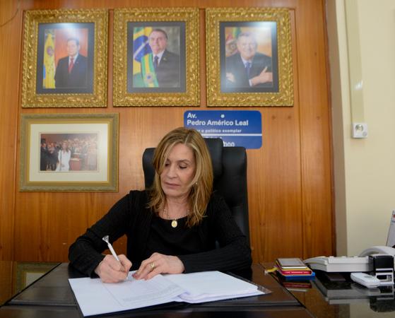 Presidente Mônica Leal assina constituição da CPI.