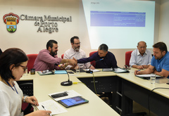 Votação e discussão de pareceres. Na foto, da esq.: vereadores Clàudio Janta, Ricardo Gomes (presidente), Cássio Trogildo, Reginaldo Pujol e Mendes Ribeiro.