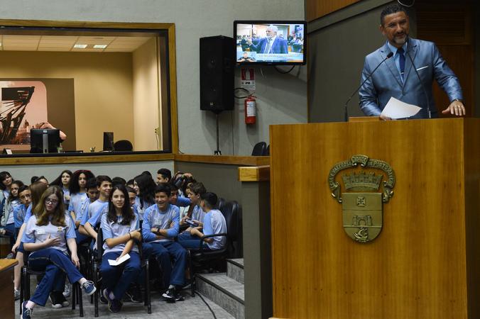 Homenagem ao Colégio Adventista Partenon, com o evento Vereador Mirim. Na foto, vereador Cláudio Conceição.