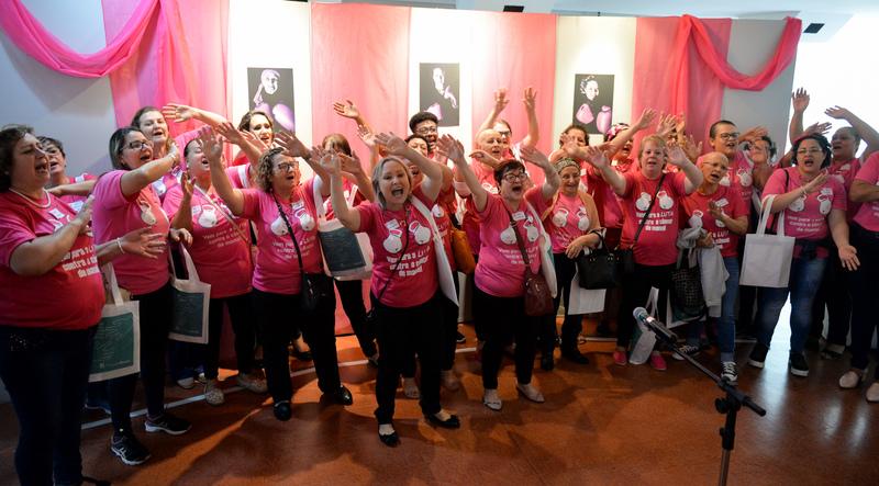 Vereadores participam de abertura da exposição Lenços da Esperança sobre Outubro Rosa no T Cultural.