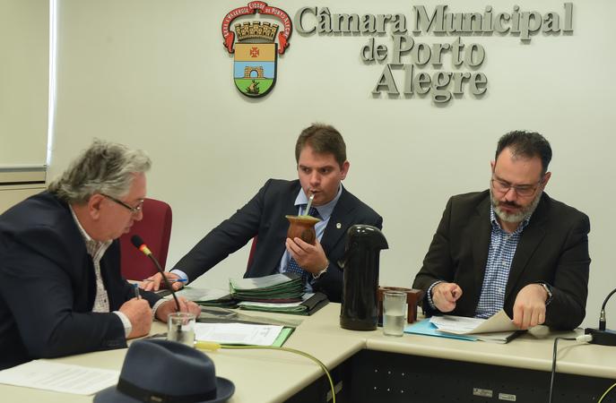 Votação de pareceres. Na foto: vereadores Adeli Sell, Márcio Bins Ely, Ricardo Gomes (presidente)