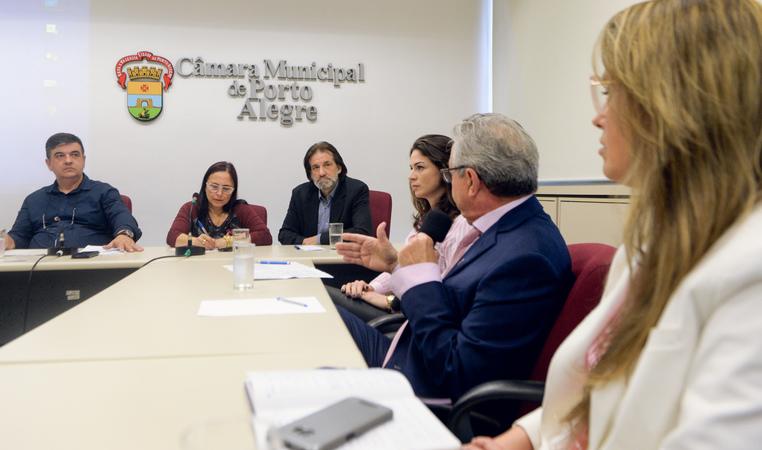 Comissão discute as políticas públicas voltadas para o Outubro Rosa na Capital. Na foto, com a fala, o o Dr. José Luiz representando a CREMERS.