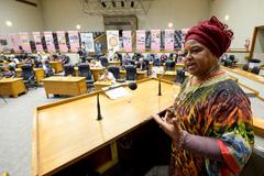 """Comissão debate a presença da economia dos povos de matriz africana na vida e na história do mercado público de Porto Alegre e o impacto da """"privatização"""" (PPP). Na foto, com a fala, a Sra. Lya Soares, representando o FONSANPOTMA."""