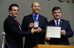 Sidney Costa (c) recebe Comenda entregue por Alvoni Medina (e) e José Freitas