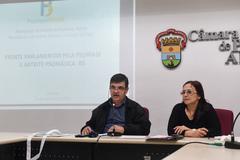 Reunião sobre rede municipal de atendimento à psoríase. Na mesa, vereadores José Freitas e Cláudia Araújo