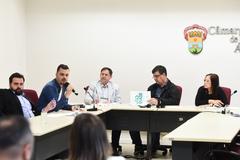 Reunião sobre rede municipal de atendimento à psoríase. Na mesa, vereadores José Freitas, Cláudia Araújo e Hamilton Sossmeier