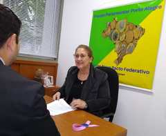 Vereadora Lourdes despachando na Câmara