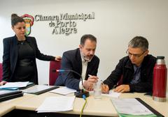 Comissão debate o projeto de reforma do Regimento. Na foto, os vereadores Ricardo Gomes e Cássio Trogildo.
