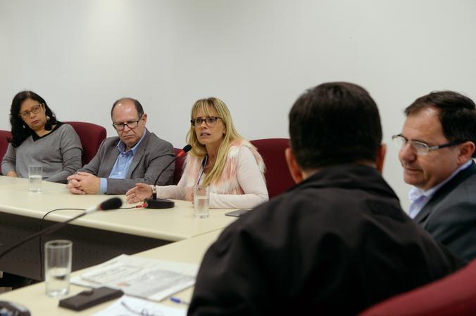 Comissão discute a implantação de novas atitudes frente a política do descarte e recolhimento de resíduos. Com a fala, Alessandra Pires, representando a SMAMS.
