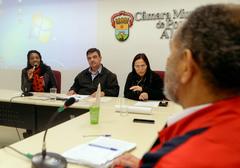 Comissão discute a implantação de novas atitudes frente a política do descarte e recolhimento de resíduos. Com a fala, a vereadora Pérola Sampaio. Também compondo a mesa, os vereadores José Freitas e Cláudia Araújo.