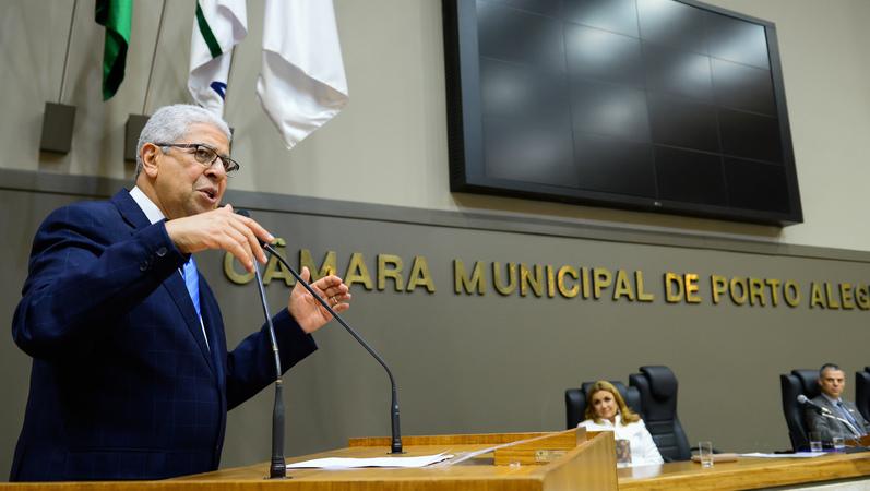 Sessão Solene de outorga do Título de Cidadão de Porto Alegre ao Senhor Antônio Luiz Braz. Na foto: o homenageado falando na tribuna.
