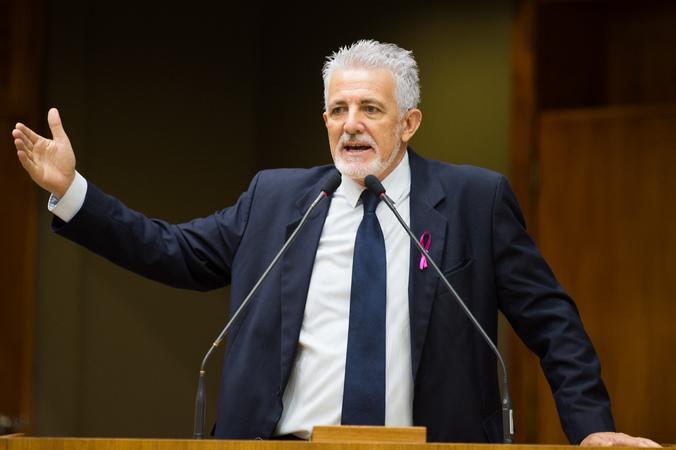 Movimentação de plenário. Na foto, vereador Engenheiro Comassetto.