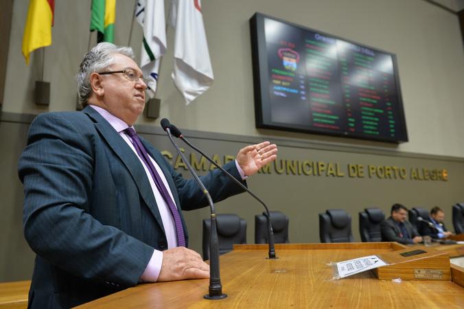 Sindicato dos Servidores da Justiça do Rio Grande do Sul – SINDJUS/RS justifica à sociedade a greve do Judiciário. Na foto, vereador Adeli Sell.