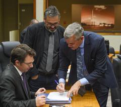 Movimentação de plenário. Na foto, os vereadores Profº Alex Fraga (E), Claudio Janta (C) e Mauro Pinheiro (Rede)