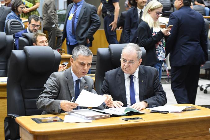 Movimentação de plenário. Na foto, vereadores Cássio Trogildo e Idenir Cecchim.