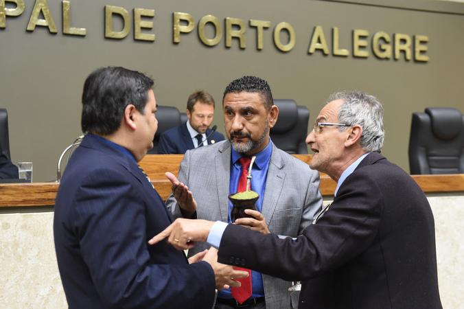 Movimentação de plenário. Na foto, vereadores Prof. Wambert, Cláudio Conceição e Airto Ferronato.