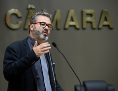 Movimentação de plenário. Na foto: vereador Roberto Robaina.